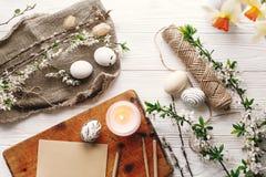 Disposizione alla moda del piano di pasqua passo in bianco e nero dipinto delle uova di Pasqua Fotografia Stock