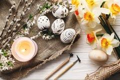 Disposizione alla moda del piano di pasqua passo in bianco e nero dipinto delle uova di Pasqua Fotografie Stock