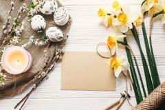 Disposizione alla moda del piano di pasqua passo in bianco e nero dipinto delle uova di Pasqua Fotografia Stock Libera da Diritti
