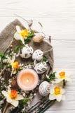 Disposizione alla moda del piano di pasqua passo in bianco e nero dipinto delle uova di Pasqua Immagini Stock