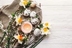 Disposizione alla moda del piano di pasqua passo in bianco e nero dipinto delle uova di Pasqua Immagine Stock