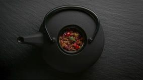 Disposizione asiatica tradizionale di cerimonia di tè Teiera del ferro, tazze, fiori secchi immagine stock