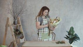 Disposizione commestibile di decorazione della donna con le erbe video d archivio