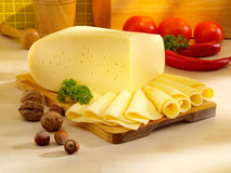 Disposizione con formaggio sulla tabella di cucina. Fotografia Stock