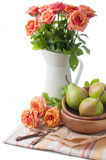 Disposizione con le rose e le pere Fotografia Stock Libera da Diritti