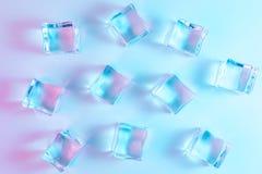 Disposizione creativa dei cubetti di ghiaccio nei colori olografici di pendenza audace vibrante Arte di concetto Surrealismo mini fotografie stock