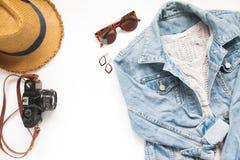 Disposizione creativa del piano degli oggetti di viaggio con i jeans del rivestimento della donna e della macchina fotografica Fotografie Stock Libere da Diritti