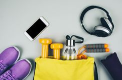 Disposizione creativa del piano delle attrezzature di forma fisica e di sport immagini stock