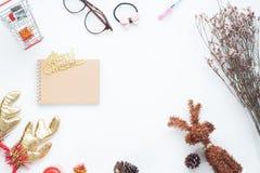 Disposizione creativa del piano delle decorazioni e del taccuino di Natale su fondo bianco Fotografie Stock