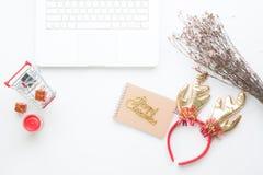 Disposizione creativa del piano delle decorazioni e del taccuino di Natale su fondo bianco Immagine Stock