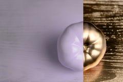 Disposizione creativa fatta del pomodoro su backgruond di legno Porpora dipinta ed oro Concetto dell'alimento Fotografia Stock Libera da Diritti