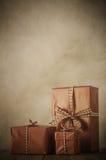 Disposizione d'annata dei regali di Natale Immagini Stock Libere da Diritti