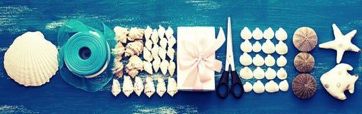 Disposizione decorativa dell'insegna delle conchiglie e delle pietre Immagini Stock