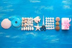 Disposizione decorativa dell'insegna delle conchiglie e delle pietre fotografia stock libera da diritti