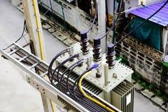 Disposizione dei cavi elettrici sia nell'input che nel lato dell'uscita del trasformatore immagine stock libera da diritti