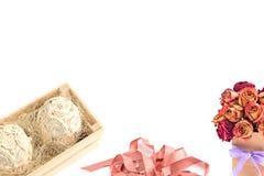 Disposizione dei fiori decorativa in una scatola di legno fotografia stock