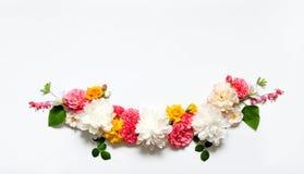 Disposizione dei fiori di Alstroemeria, eustoma, rose, cuore di emorragia su un fondo bianco Immagini Stock Libere da Diritti