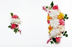 Disposizione dei fiori di Alstroemeria, eustoma, rose, cuore di emorragia su un fondo bianco Fotografie Stock