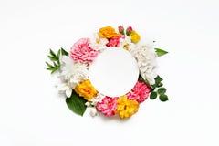 Disposizione dei fiori di Alstroemeria, eustoma, rose, cuore di emorragia su un fondo bianco Immagine Stock