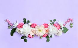 Disposizione dei fiori di Alstroemeria, eustoma, rose, Dycenter su un fondo rosa-porpora Immagine Stock Libera da Diritti