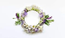 Disposizione dei fiori di Alstroemeria, eustoma su un fondo bianco Fotografia Stock Libera da Diritti
