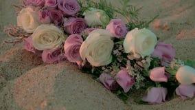 Disposizione dei fiori di nozze di spiaggia tenuta in mano stock footage