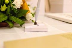 Disposizione dei fiori e penna Immagini Stock