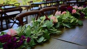 Disposizione dei fiori su una tavola per la festa nuziale video d archivio