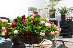 Disposizione dei fiori sulla tavola Fotografia Stock Libera da Diritti
