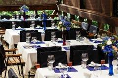 Disposizione dei fiori sulla tavola di nozze Composizioni floreali con le rose fresche e flowers-2 blu Immagine Stock Libera da Diritti