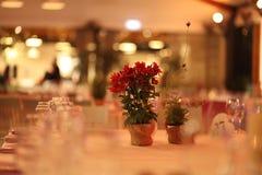 Disposizione dei fiori sulla tavola in un weding Fotografie Stock