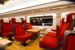 Disposizione dei posti a sedere comoda in un treno passeggeri moderno Immagine Stock Libera da Diritti