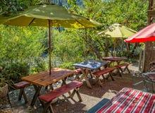Disposizione dei posti a sedere del caffè dal fiume Fotografia Stock