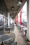 Disposizione dei posti a sedere del patio al ristorante di lungomare Immagine Stock Libera da Diritti