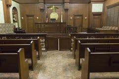 Disposizione dei posti a sedere dell'aula di tribunale immagine stock