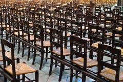 Disposizione dei posti a sedere della chiesa in una cattedrale di Parigi Immagine Stock