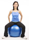Disposizione dei posti a sedere della donna sulla palla dei pilates Fotografia Stock