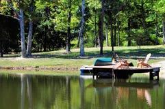 Disposizione dei posti a sedere della riva del lago sul molo Immagine Stock Libera da Diritti