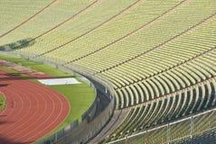 Disposizione dei posti a sedere dello stadio con la pista atletica Immagini Stock