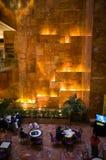 Disposizione dei posti a sedere e cascata dentro la torre di Trump Immagine Stock