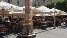 Disposizione dei posti a sedere storica di aria aperta di La Valletta, Malta Caffe Cordina al quadrato della Repubblica video d archivio
