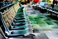 Disposizione dei posti a sedere vuota dell'aeroporto - sedie nere tipiche nell'attesa di imbarco Immagini Stock Libere da Diritti