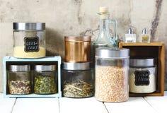 Disposizione dei prodotti alimentari e degli utensili asciutti della cucina nel corredo Immagini Stock