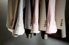 Disposizione dei vestiti di affari sui ganci Immagini Stock Libere da Diritti