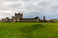 Disposizione del castello con l'abbazia di St Mary nel fondo immagini stock libere da diritti
