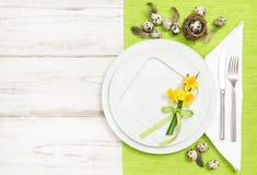 Disposizione del piano dei fiori delle uova di Pasqua della decorazione della Tabella Immagini Stock