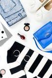 Disposizione del piano dei vestiti della donna di stile casuale e degli accessori di modo Modelli e concetto d'avanguardia delle  Immagini Stock Libere da Diritti