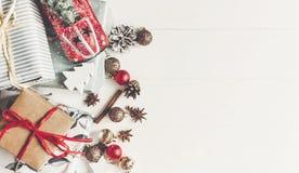 Disposizione del piano di Natale presente avvolti con il giocattolo dell'automobile degli ornamenti e Immagini Stock