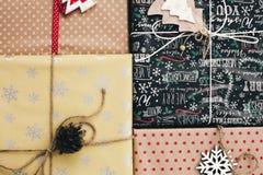 Disposizione del piano di Natale vista superiore avvolta alla moda dei contenitori di regalo, con o Fotografia Stock Libera da Diritti