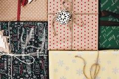 Disposizione del piano di Natale vista superiore avvolta alla moda dei contenitori di regalo, con o Fotografie Stock Libere da Diritti